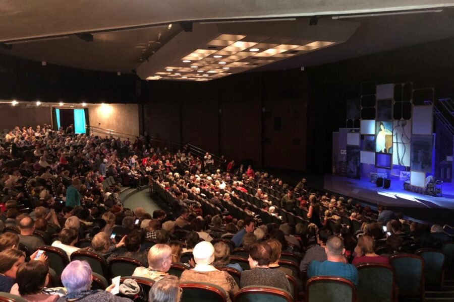 Руководители ТОС и сельские старосты региона посетили Тульский академический театр драмы.