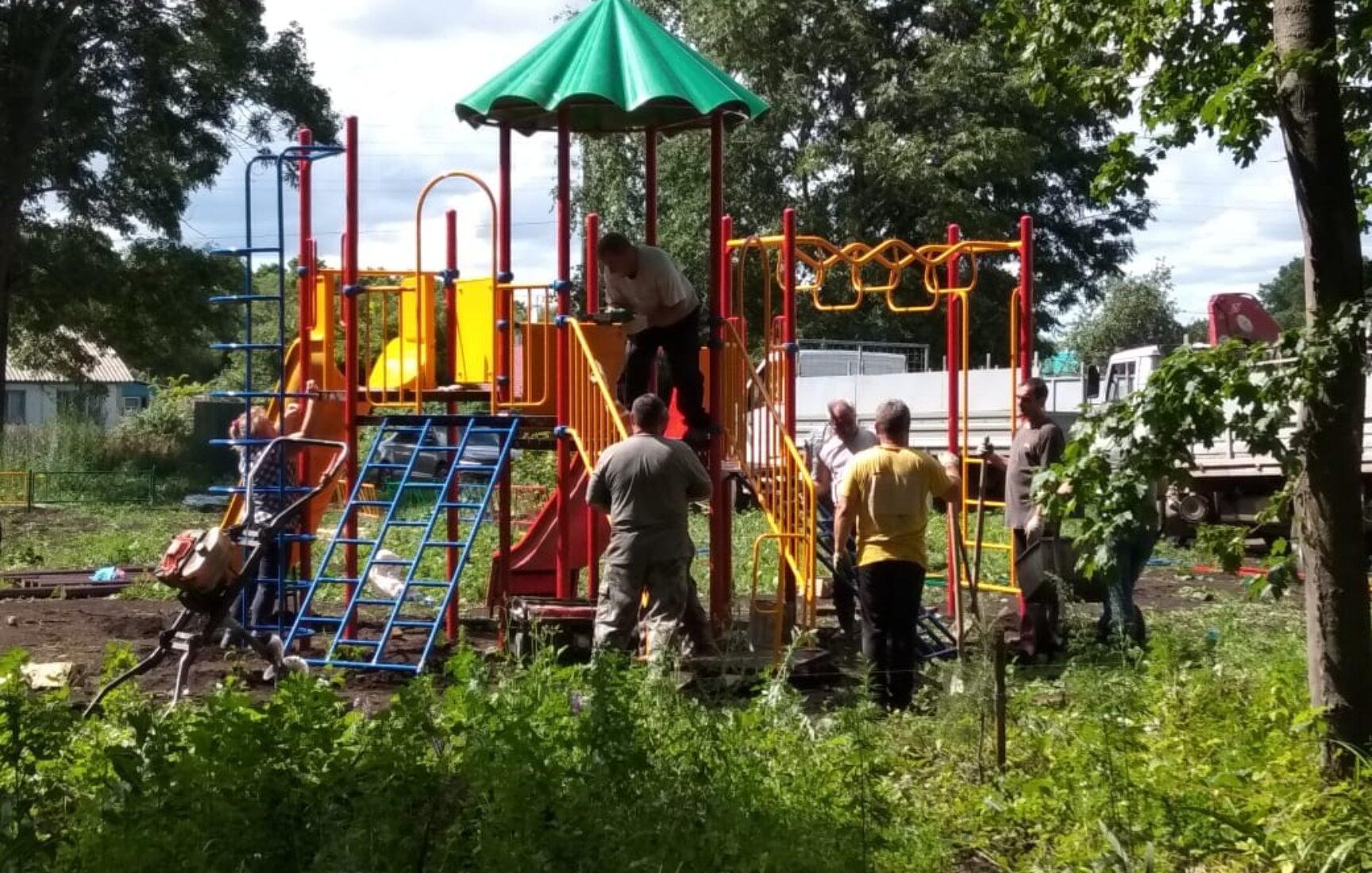 Площадку для активного отдыха детей обустраивают в ефремовской деревне Большие Медведки
