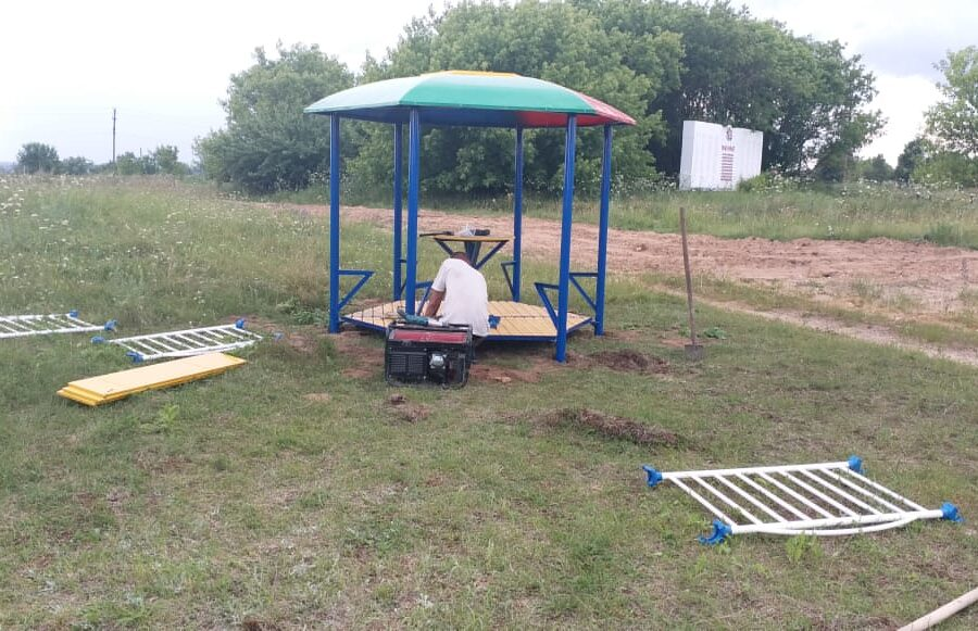 В селе Кулешово Суворовского района благоустраивают новую детскую площадку